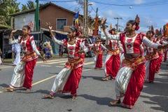 De kleurrijke vrouwelijke dansers presteren tijdens Hikkaduwa-perahera in Sri Lanka Stock Afbeelding