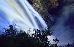 De kleurrijke watervallen van Montmorency bij nacht - mening vanaf bovenkant - water Stock Fotografie