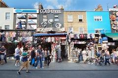 De kleurrijke winkels van Camden Town met mensen in Londen Stock Foto's