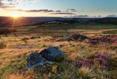 De kleurrijke zonsondergang over legt vast Stock Afbeeldingen