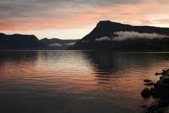 De kleurrijke zonsondergang van de herfst in Noorse fjorden stock afbeeldingen