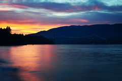 De kleurrijke Zonsondergang van Vancouver van Stanley Park met de Brug van de Leeuwenpoort Stock Foto