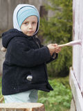 De kleurstof van kinderen de portiek van landelijk huis   Royalty-vrije Stock Fotografie