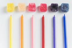 De kleurstoffen - duidelijk en in suikergoed voor kinderen worden verborgen dat De industrie, bedrijfs en gezondheidsconcept royalty-vrije stock foto's