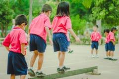 De kleuterschoolstudenten oefenen in ochtend uit royalty-vrije stock foto's