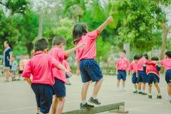 De kleuterschoolstudenten oefenen in ochtend uit stock foto