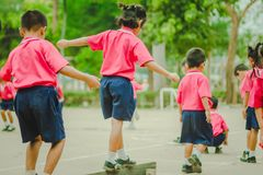 De kleuterschoolstudenten oefenen in ochtend uit royalty-vrije stock fotografie