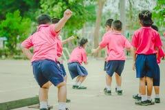 De kleuterschoolstudenten oefenen in ochtend uit royalty-vrije stock afbeeldingen