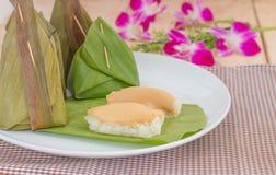 De Kleverige rijst gestoomde die vla van Thailand in banaanbladeren wordt verpakt stock afbeeldingen