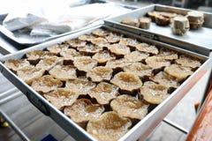 De kleverige rijstcake, Khanom Keng voor verkoopt in Bangrak, Bangkok, Thailand Stock Foto's