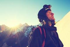 De klimmer bereikt de top van bergpiek Succes royalty-vrije stock afbeeldingen