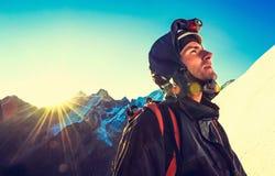 De klimmer bereikt de top van bergpiek Succes, vrijheid a royalty-vrije stock fotografie