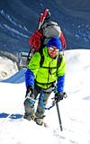De klimmer bereikt de top van bergpiek Succes, vrijheid en geluk, voltooiing in bergen Het beklimmen van sportconcept royalty-vrije stock foto's