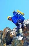 De klimmer bereikt de top van bergpiek Succes, vrijheid en geluk, voltooiing in bergen Het beklimmen van sportconcept stock fotografie