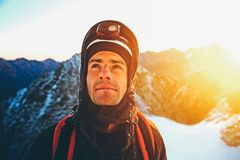 De klimmer bereikt de top van bergpiek Succes, vrijheid en geluk, voltooiing in bergen Het beklimmen van sportconcept stock afbeeldingen