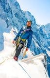 De klimmer bereikt de top van bergpiek Succes, vrijheid en geluk, voltooiing in bergen Het beklimmen van sportconcept royalty-vrije stock fotografie