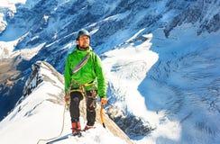 De klimmer bereikt de top van bergpiek Succes, vrijheid en geluk, voltooiing in bergen Het beklimmen van sportconcept royalty-vrije stock foto