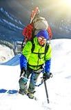 De klimmer bereikt de top van bergpiek Succes, vrijheid en geluk, voltooiing in bergen Het beklimmen van sportconcept stock foto's
