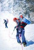 De klimmer bereikt de top van bergpiek Succes, vrijheid en geluk, voltooiing in bergen Het beklimmen van sportconcept royalty-vrije stock afbeelding