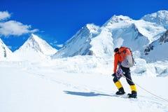 De klimmer bereikt de top van bergpiek Succes, vrijheid en geluk, voltooiing in bergen Het beklimmen van sportconcept royalty-vrije stock afbeeldingen