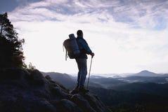 De klimmer met wandelingsrugzak gaat naar berg Mannelijke sterke drager royalty-vrije stock foto's