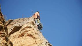 De klimmer ontruimt de Kabel stock footage