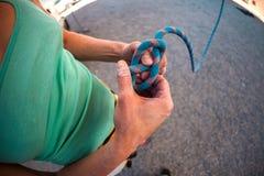 De klimmer treft voorbereidingen om de route te beklimmen Royalty-vrije Stock Foto's