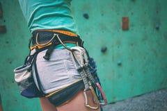De klimmer treft voorbereidingen om de route te beklimmen Royalty-vrije Stock Afbeelding