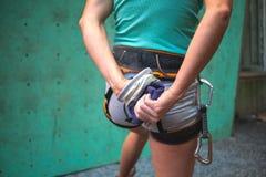 De klimmer treft voorbereidingen om de route te beklimmen Stock Foto