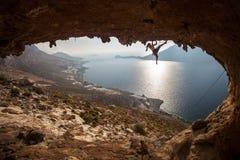 De klimmer van de familierots bij zonsondergang. Kalymnos, Griekenland. Stock Fotografie