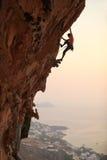 De klimmer van de rots bij zonsondergang Stock Foto