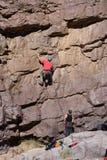De klimmer van de rots met het vastmaken stock afbeeldingen