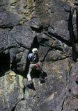 De klimmer van de rots op overhangend gedeelte stock fotografie