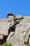 De klimmer van de meisjesrots beklimt op een rots Stock Fotografie