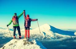 De klimmers bereikt de top van bergpiek Succes, vrijheid Stock Afbeelding