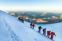 De klimmers gaan op Onderstel Elbrus stock afbeelding