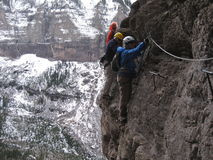 De klimmers steken langs via Ferrata over Stock Afbeeldingen