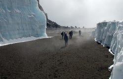 De klimmers van Kilimanjaro in krater Stock Afbeeldingen