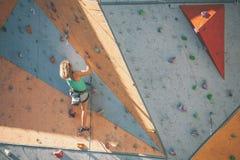 De klimmertreinen op een kunstmatige hulp Royalty-vrije Stock Foto