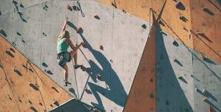 De klimmertreinen op een kunstmatige hulp Royalty-vrije Stock Afbeeldingen