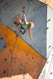 De klimmertreinen op een kunstmatige hulp Stock Foto