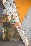 De klimmertreinen op een kunstmatige hulp Stock Foto's