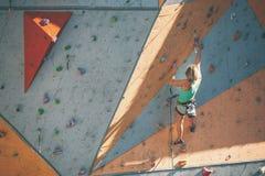 De klimmertreinen op een kunstmatige hulp Stock Fotografie
