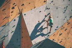 De klimmertreinen op een kunstmatige hulp Stock Afbeeldingen