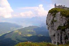 De klip met mening over de bergen en een meer in de wolken Royalty-vrije Stock Foto
