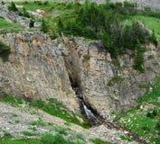 De klip van de rots en bergkreek Royalty-vrije Stock Afbeeldingen