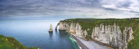 De klip van Etretataval en rotsenoriëntatiepunt en oceaan Normandië, Fran Stock Foto