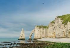 De klip van Etretataval, rotsen en natuurlijke boogoriëntatiepunt en blauwe oce stock afbeeldingen