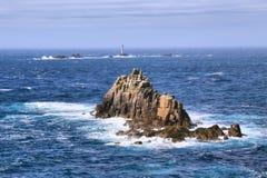 De klippen bij Landeind en Longships-vuurtoren in Cornwall, het UK Engeland Royalty-vrije Stock Fotografie