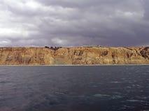 De klippen, de hemel, & de oceaan van het zandsteen Royalty-vrije Stock Foto